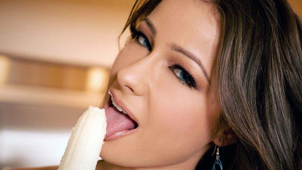 woman-eating-banana-the-trent