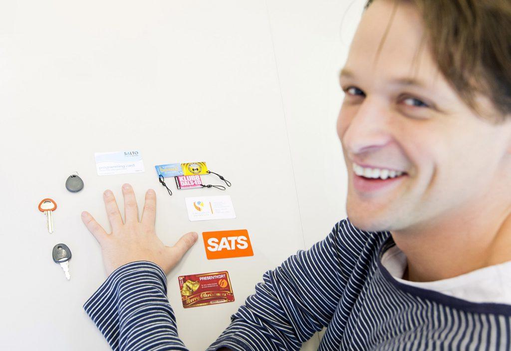 Foto: Kasper Dudzik. Stockholm 20150211. Hannes Sjöblad har ett chip som kan ersätta ett flertal informationsbärare som visitkort, nycklar, rabatt / medlemskort och betallösningar.