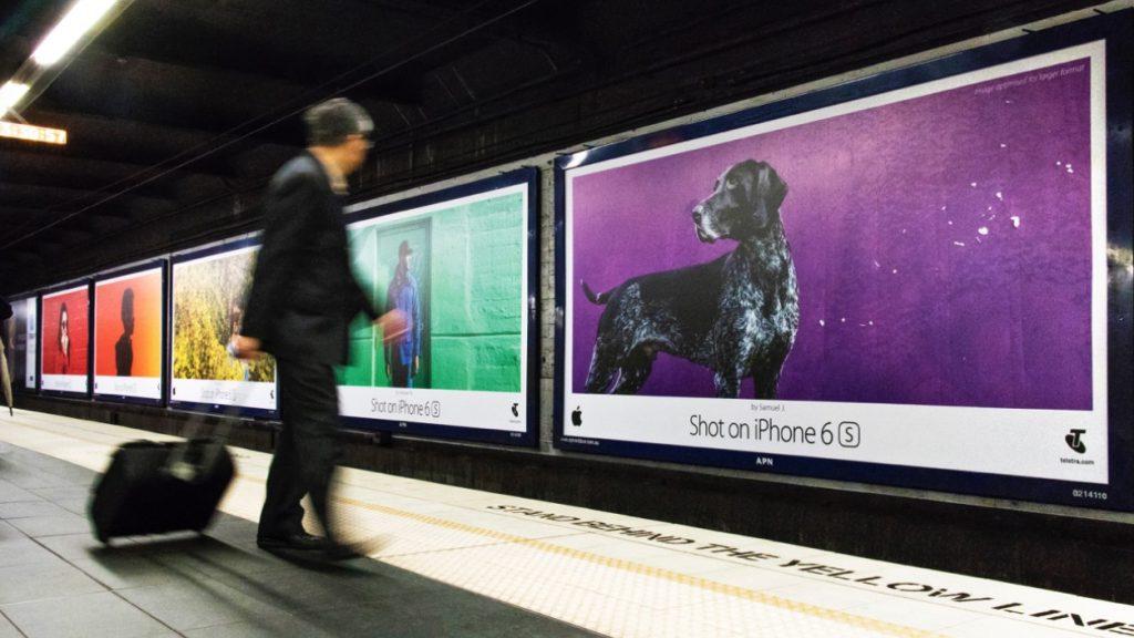 реклама iphone в метро