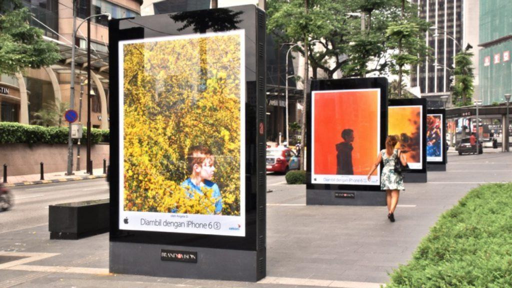 реклама iphone на улице