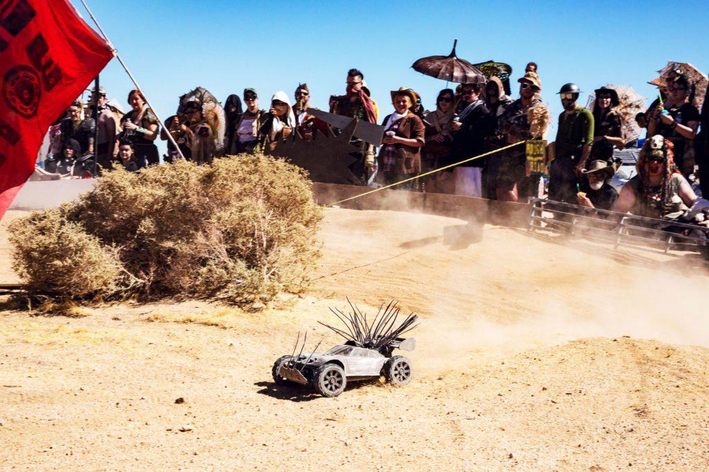 Немногие машинки с радио управлением доезжают до финиша. Участники тратят больше года на модернизацию машинок, чтобы уничтожать конкурентов.