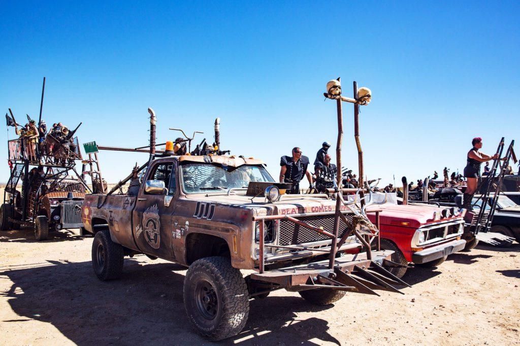 Черепа, колья, наваренные железяки. Опасные для людей машины стоят в стороне от лагеря.