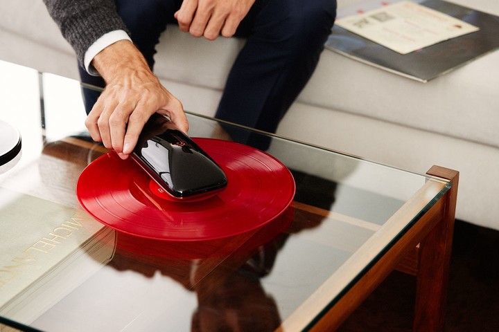 love_turntable_revolutionary_smartphone_controlled_turntable_crowdfunding_agency2-0_gallerya-compressor-720x480-c