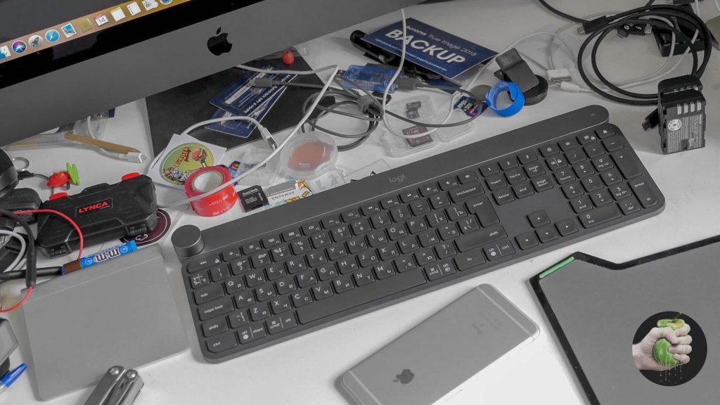 Клавиатура Logitech Craft на фоне рабочего места дяди Жени
