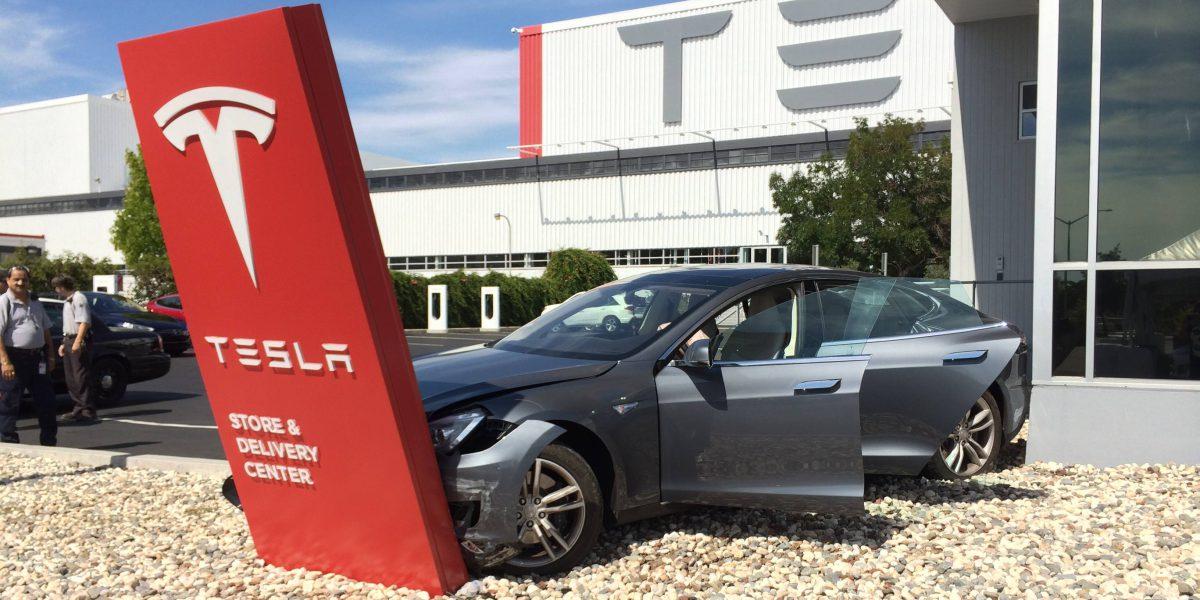 авария Tesla