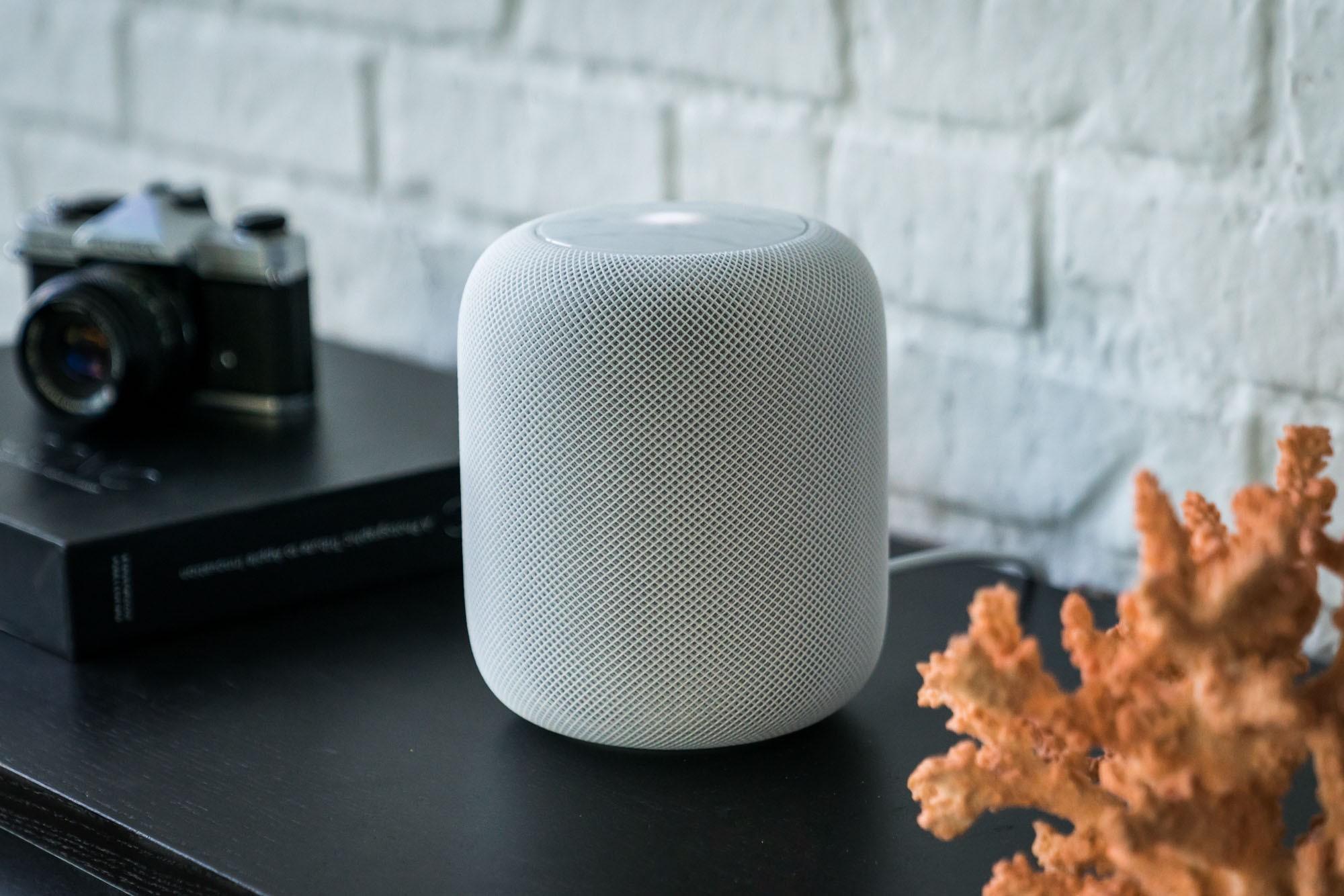 Белая колонка Apple HomePod