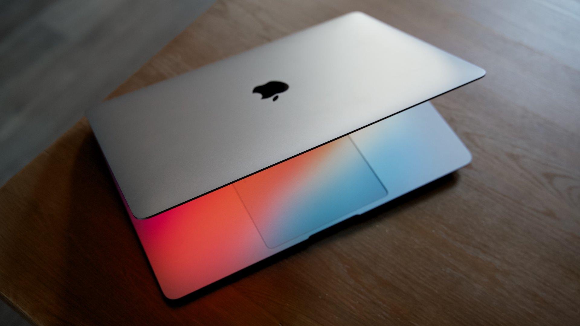 Владельцы MacBook на M1 жалуются на трескающиеся экраны