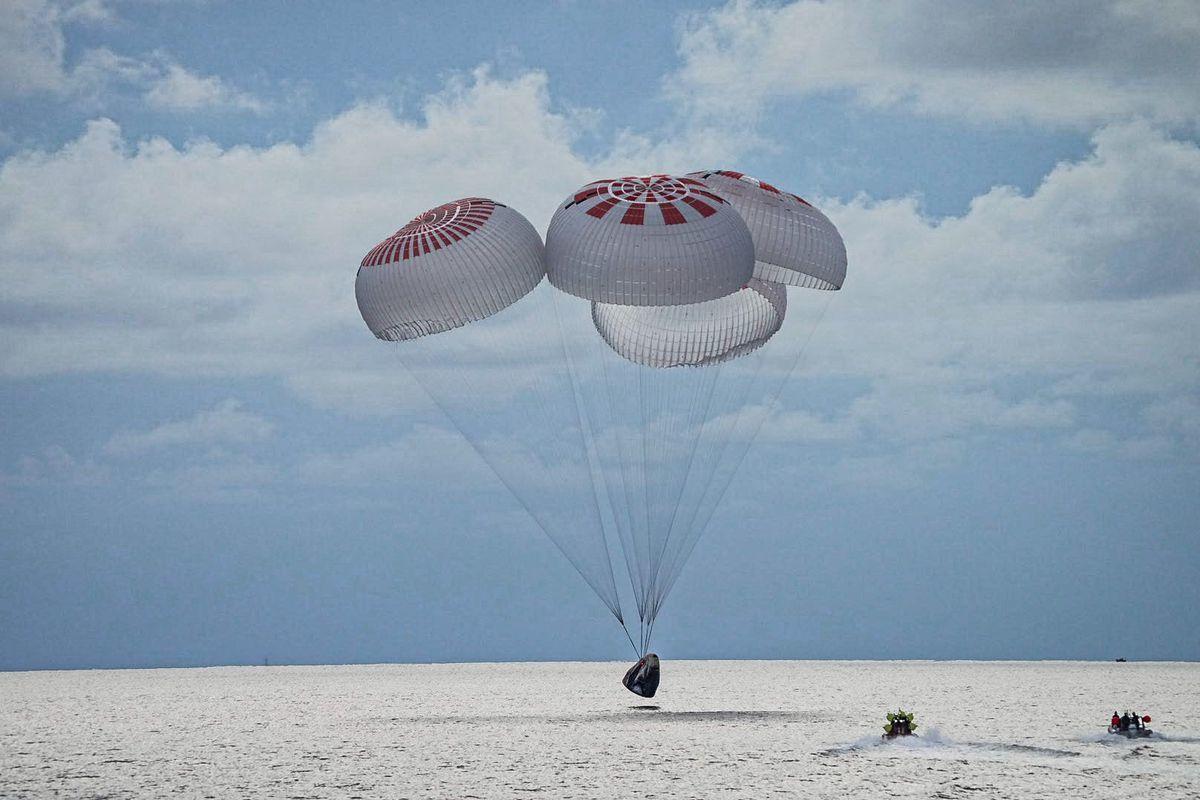 Капсула SpaceX скосмическими туристами успешно приводнилась